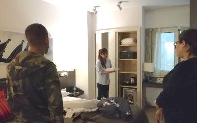 15 alumnes participen en el nou curs de neteja hotelera de l'entitat per tenir més possibilitats de trobar feina
