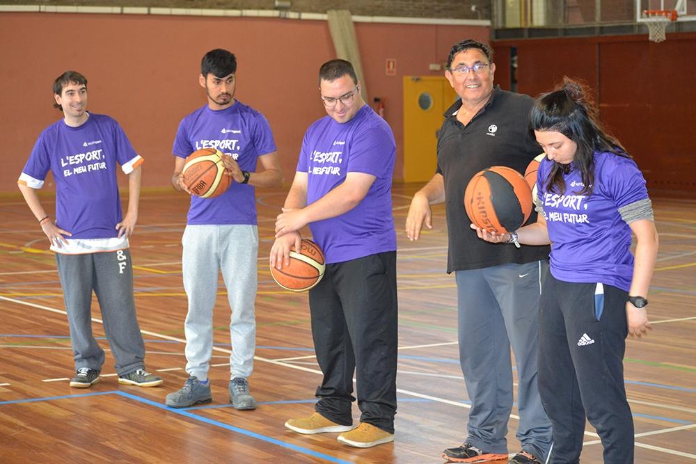 Tres alumnes de l'Associació invia amb discapacitat intel·lectual participen en un curs d'auxiliars de monitors esportius