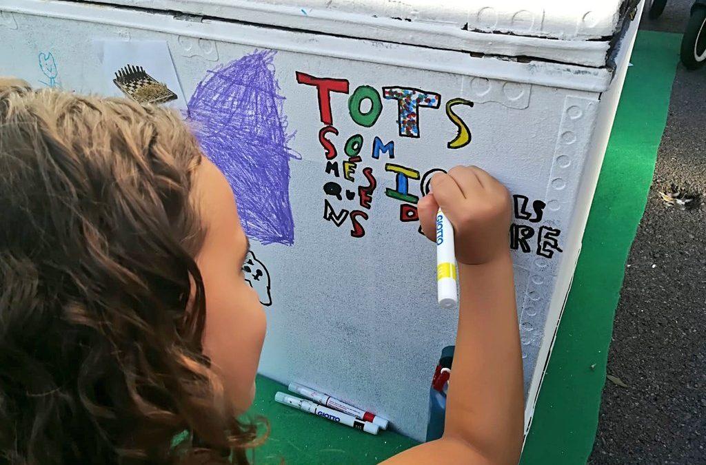 Prop de 300 persones s'acosten al taller de joguines sense gènere de la Mercè